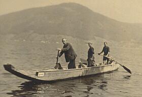 Drei Männer in einem Boot